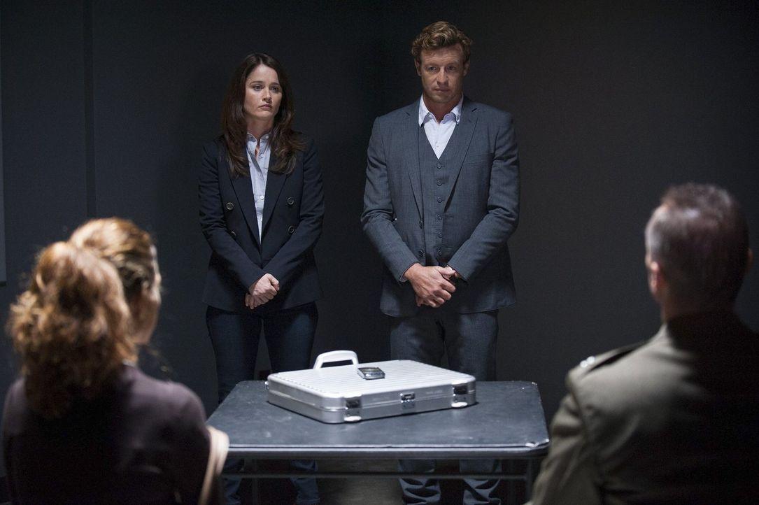 Jane (Simon Baker, 2.v.r.) und Lisbon (Robin Tunney, 2.v.l.) ermitteln in einem neu aufgerollten Fall ... - Bildquelle: Warner Bros. Television