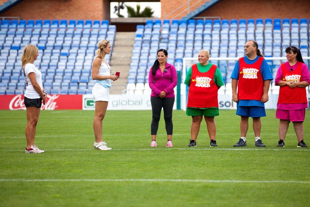 Christine Theiss (2.v.l.), Camp-Ärztin Christine Tabacu (l.) und Fitness-Trainerin Silke (3.v.l.) stimmen die Kandidaten (v.r.n.l.) Helga, Ralf und... - Bildquelle: Enrique Cano SAT.1