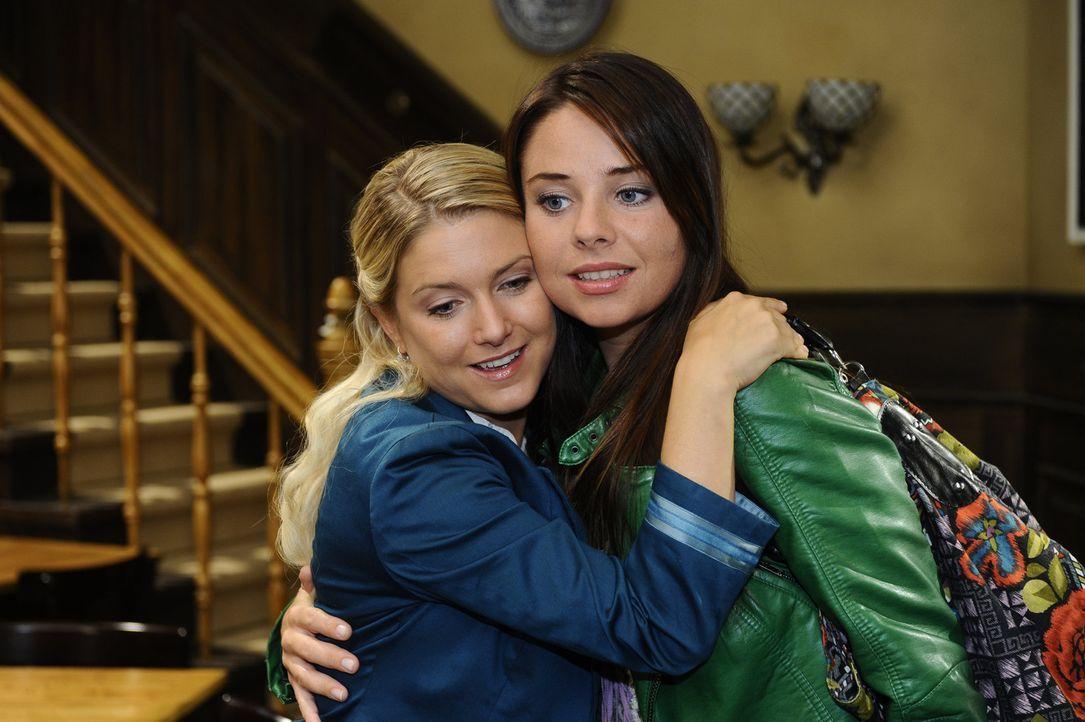 Anna (Jeanette Biedermann, l.) will sich und Paloma (Maja Maneiro, r.) weismachen, dass Jonas kein Thema mehr ist für sie ist. Doch ob das gut geht? - Bildquelle: Sat.1