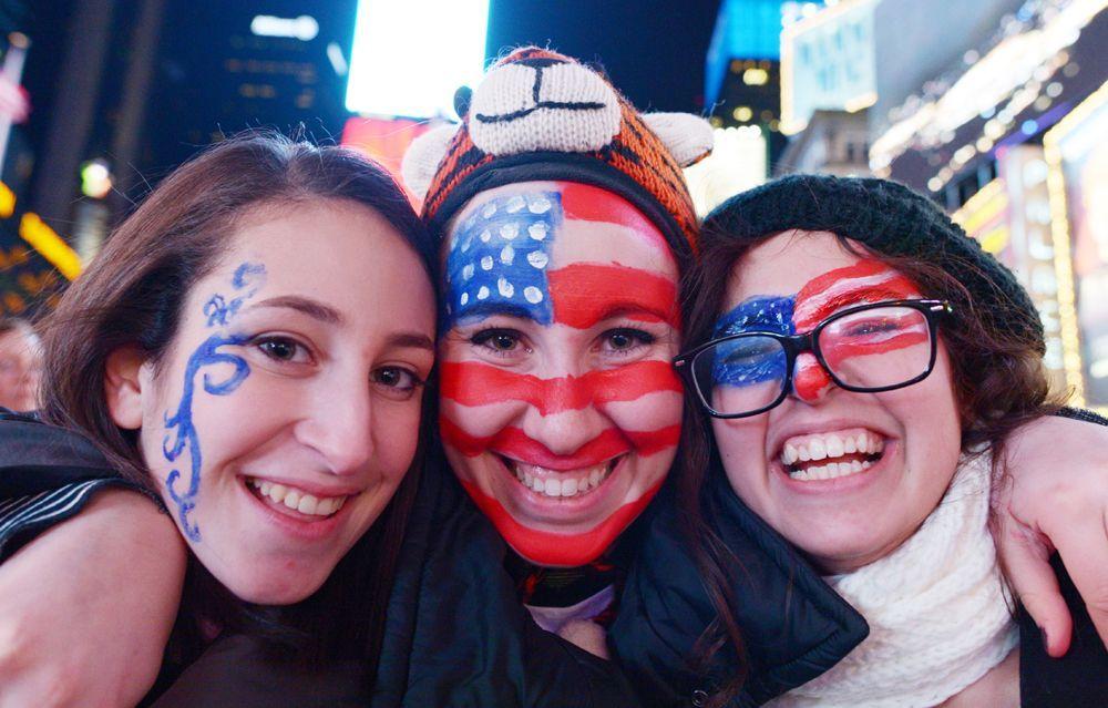 US-amerikanischer Flaggenschmuck im Gesicht - Bildquelle: dpa - Bildfunk +++ Verwendung weltweit