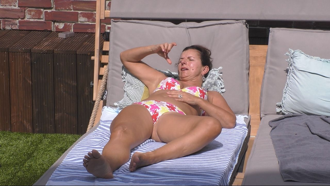 Claudia tankt Sonne - Bildquelle: SAT.1