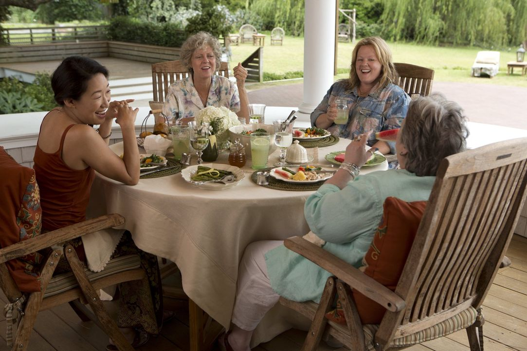 Haben noch gut lachen: Susanne (Sandra Oh, l.), Pearl (Susan Sarandon, 2.v.l.), Tammy (Melissa McCarthy, 2.v.r.) und Lenore (Kathy Bates, r.). Doch... - Bildquelle: Warner Bros. Television