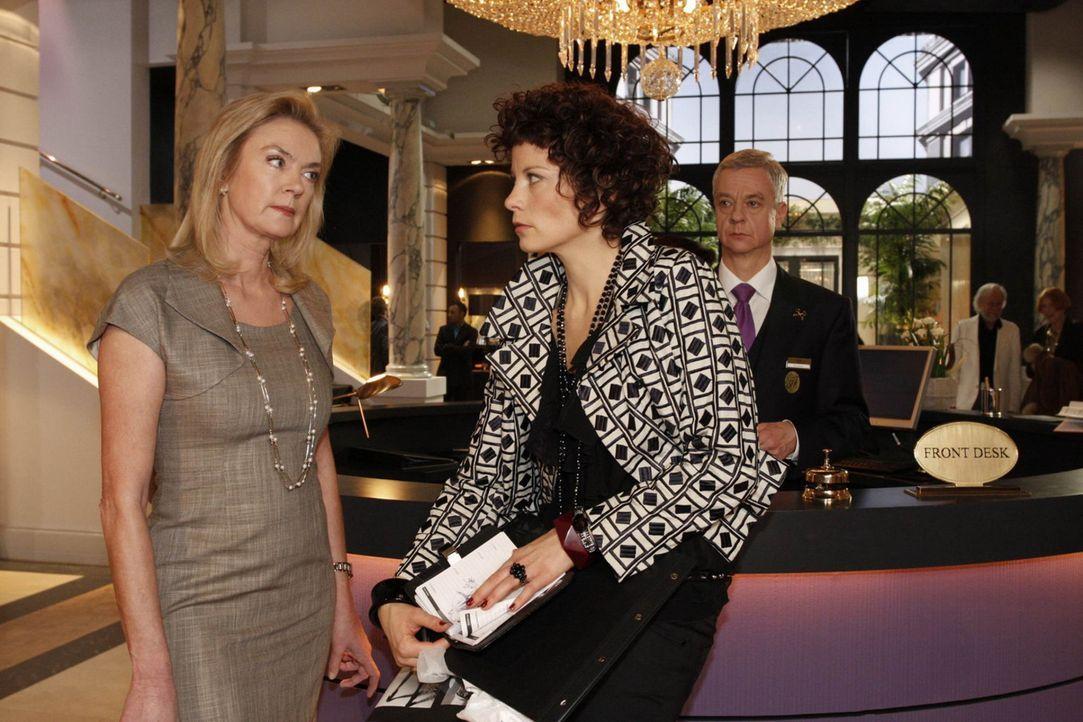 Emily (Anna Schäfer, M.) macht sich Sorgen, dass Elisabeth Aden (Birte Berg, l.) etwas von ihren Schäferstündchen mit Julius weiß. - Bildquelle: SAT.1