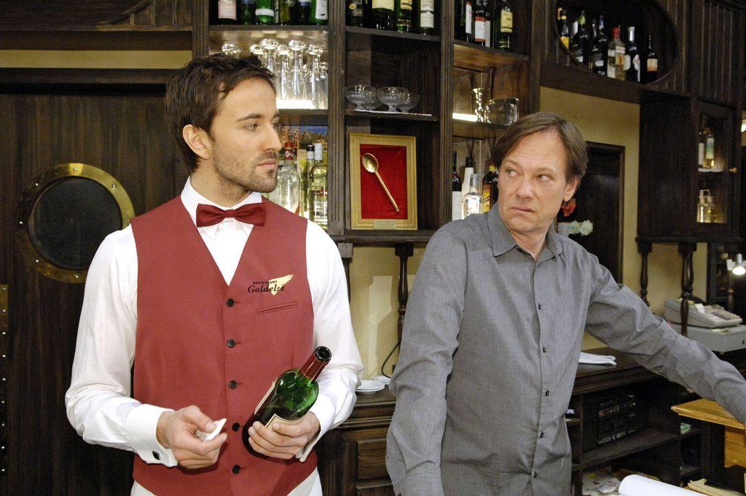 Armin (Rainer Will, r.) kann seine Eifersucht auf Georg (Peter Günther, l.) und dessen Weinwissen nur schlecht verbergen. - Bildquelle: Sat.1