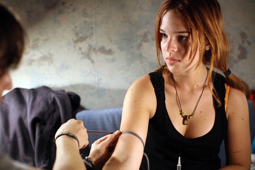 Schon lässt sich Nadja (Nikola Rudle) von ihrem drogensüchtigen Freund dazu überreden, ebenfalls das ultimative Vergessen, den Superkick im Heroi... - Bildquelle: SAT.1