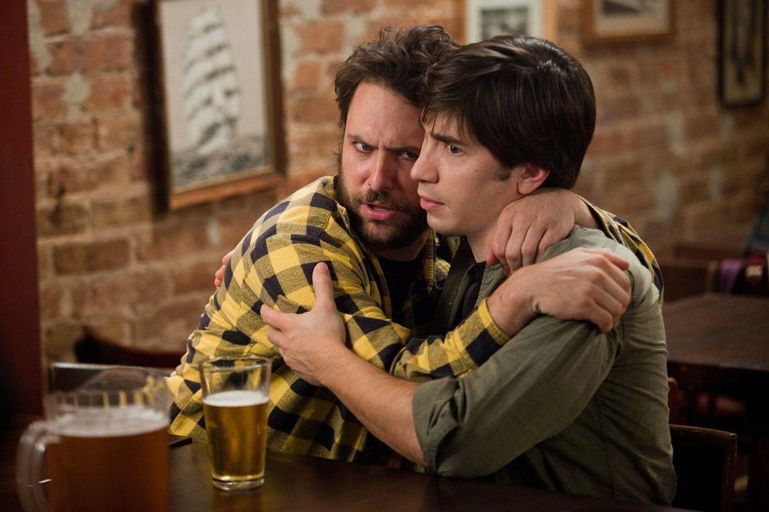 Dan (Charlie Day, l.) möchte doch nur das Beste für seinen Kumpel Garrett (Justin Long, r.) und rät ihm darum von einer Fernbeziehung ab. Wird er sc... - Bildquelle: 2010 Warner Bros.