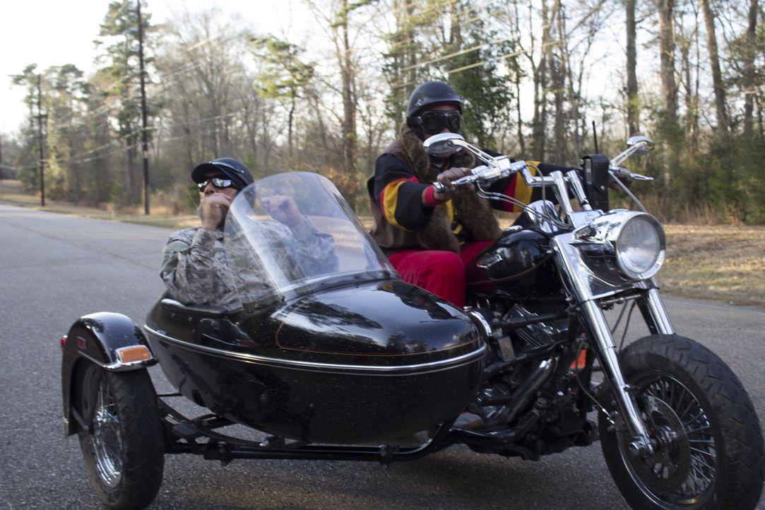 Frank (Danny Trejo, l.) und Bernie (Danny Glover, r.) reisen nach Louisiana, um an einer Hochzeit teilzunehmen. Doch das beschauliche Fest gerät ins... - Bildquelle: 2014 Lazer Nitrate, LLC.  All rights reserved.