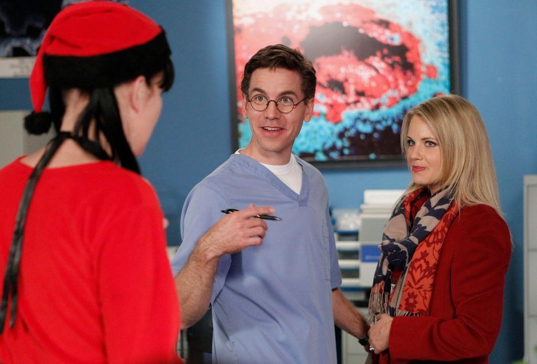 Breena (Michelle Pierce, r.) und Jimmy (Brian Dietzen, M.) wollen ein Baby adoptieren, doch plötzlich bekommt Jimmy panische Angst, dass er seiner V... - Bildquelle: CBS Television