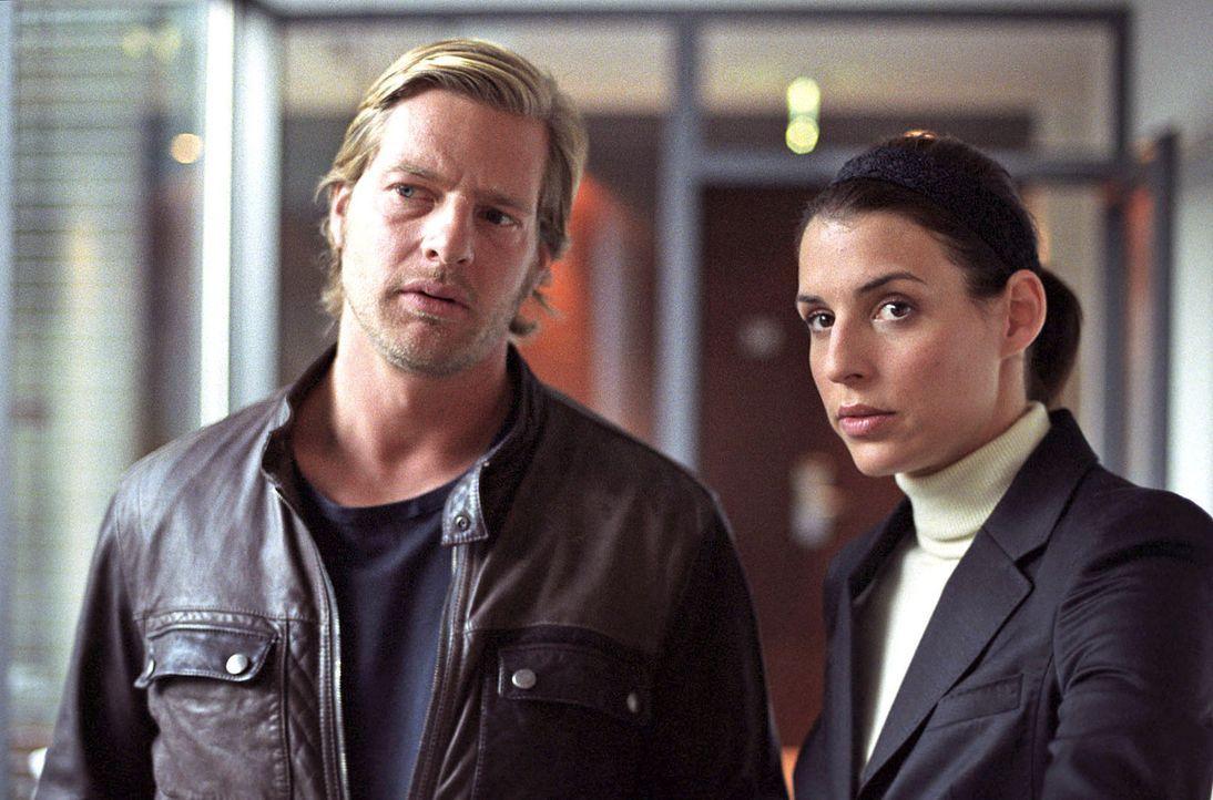 Nachdem Anne Pachel nur knapp dem Tod entronnen ist, sind sich Leo (Henning Baum, l.) und Nina (Elena Uhlig, r.) sicher, dass sie es mit einem Serie... - Bildquelle: Sat.1