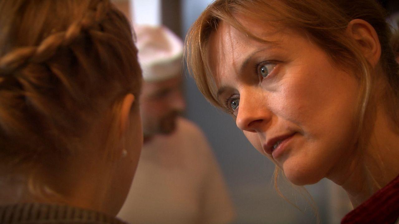 Die 34-jährige Bäckereiverkäuferin Ella Rieger (r.) weiß nicht mehr weiter. Ihre 15-jährige Tochter Mia (l.) ist schwanger! Einen schlechteren... - Bildquelle: SAT.1