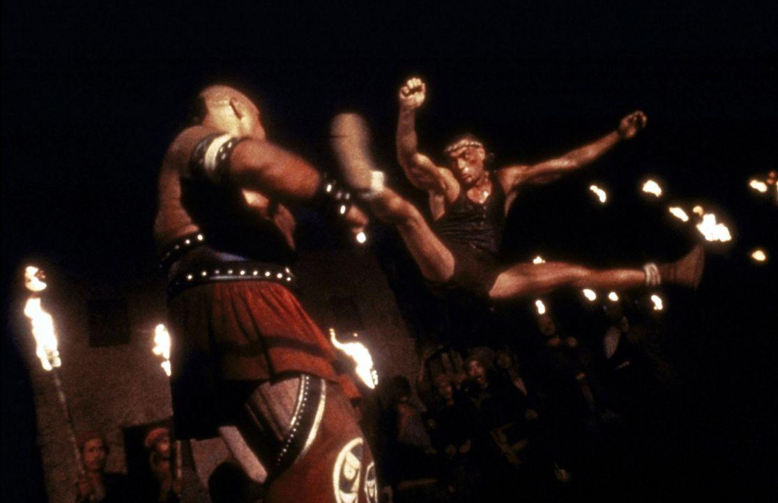 Chris Dubois (Jean-Claude van Damme, r.) muss bei dem legendären Kickbox-Turnier in Tibet gegen äußerst brutale Gegner antreten ... - Bildquelle: Universal Pictures