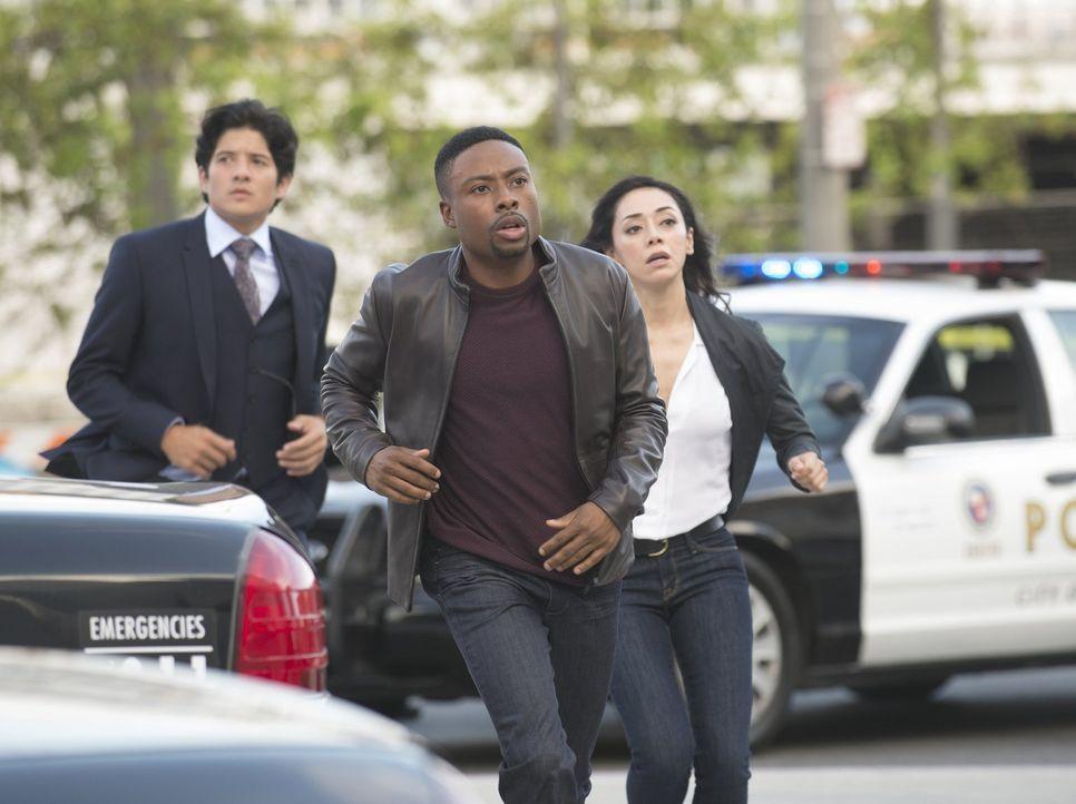 Ein ganz besonderer Fall wartet auf Lee (Jon Foo, l.), Carter (Justin Hires, M.) und Didi (Aimee Garcia, r.), als ihre Chefin Captain Cole Geiselneh... - Bildquelle: Warner Brothers