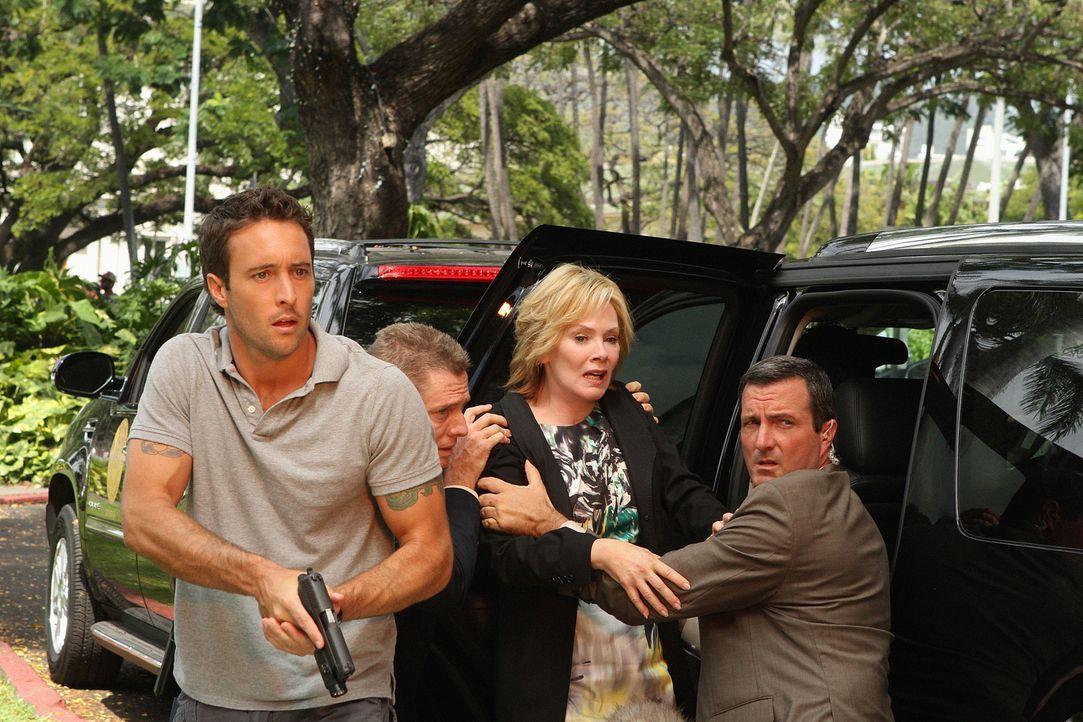 Wo Fat ist zurück und sein Masterplan geht auf, denn Laura Hills die Assistentin der Gouverneurin (Jean Smart, 2.v.r.), kommt durch eine Autobombe u... - Bildquelle: 2011 CBS BROADCASTING INC.  All Rights Reserved.