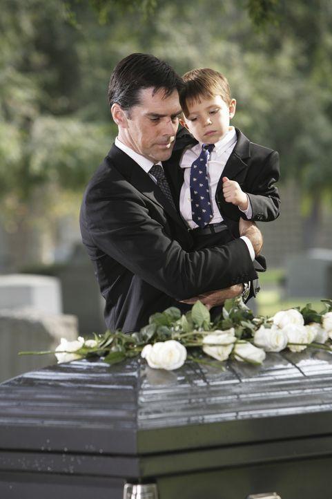 Müssen Abschied nehmen von einem geliebten Menschen: Hotch (Thomas Gibson, l.) und Jack (Cade Owens, r.) ... - Bildquelle: Touchstone Television