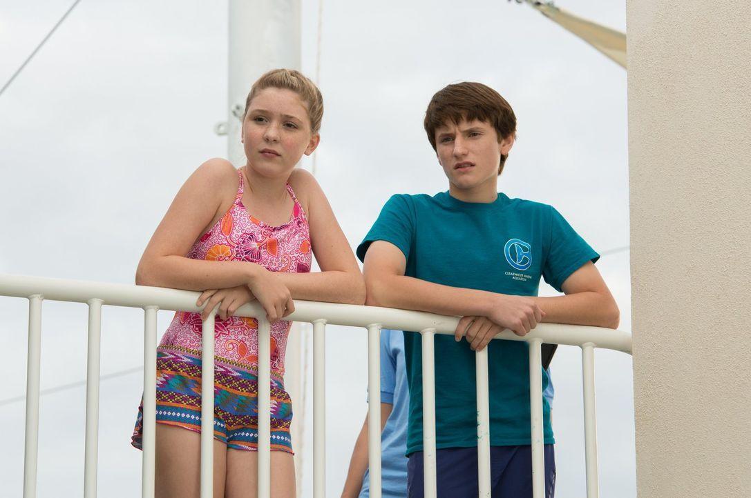 Wenn Hazel (Cozi Zuehlsdorff, l.) und Sawyer (Nathan Gamble, r.) keinen neuen Freund für den einsamen Delfin Winter finden, wird sie das Aquarium fü... - Bildquelle: Warner Brothers Entertainment Inc.