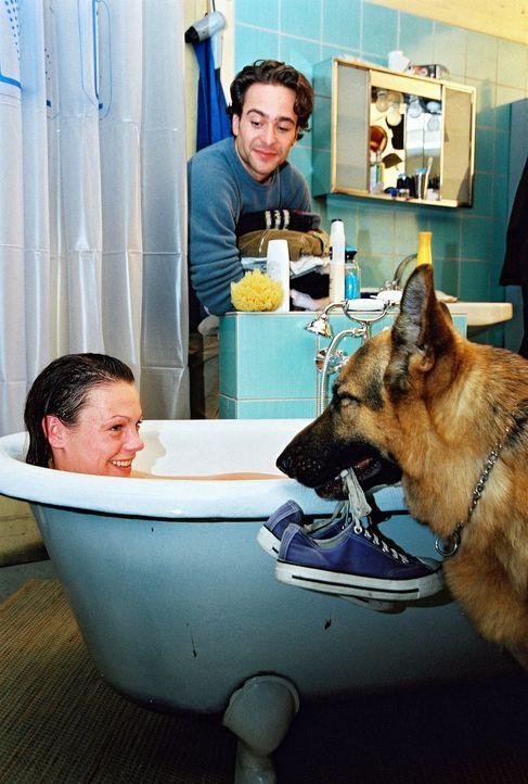 Niki (Elke Winkens, l.) nimmt bei Marc (Alexander Pschill, r.) ein Bad und wird von Rex umsorgt ... - Bildquelle: Sat.1