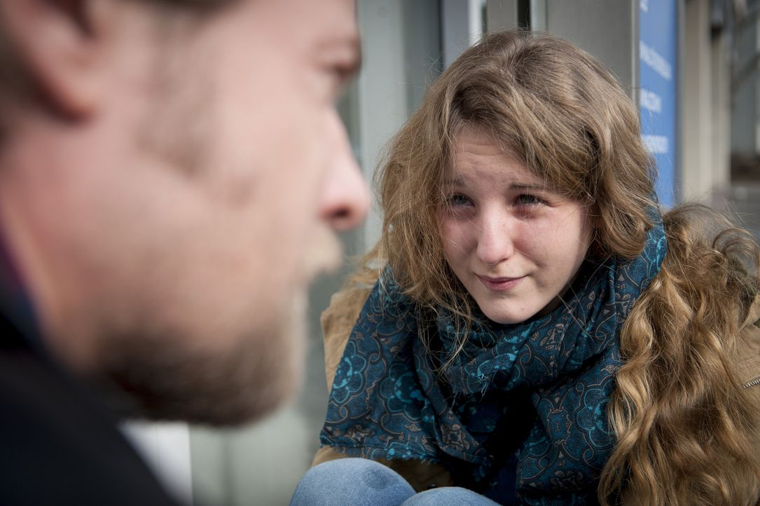 Mick (Henning Baum, l.) bemerkt die junge Annika (Katharina Wolfert, r.), die völlig aufgelöst vor dem Präsidium sitzt. Sie behauptet, ihre Mutte... - Bildquelle: Martin Rottenkolber SAT.1