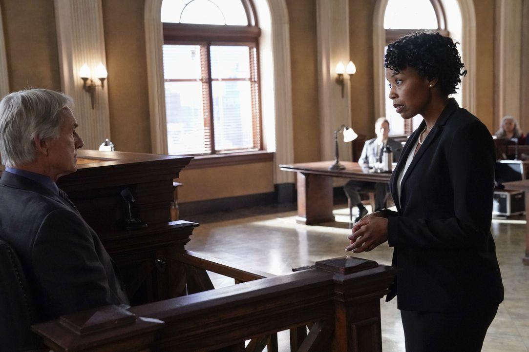 Da ihr Mandat behauptet, der Mord wäre ihm damals von einem NCIS-Agenten angehängt worden, wendet sich Anwältin Jessica Schaeffer (Hilary Ward, r.)... - Bildquelle: Robert Voets 2017 CBS Broadcasting, Inc. All Rights Reserved.