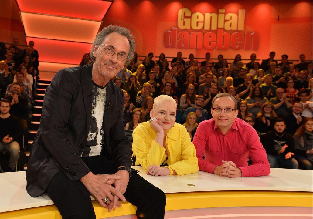"""In """"Genial daneben"""" erraten Comedy-Queen Hella von Sinnen (M.) und Comedian Wigald Boning (r.) die Fragen der Zuschauer - gestellt von Hugo Egon Bal... - Bildquelle: Willi Weber SAT.1"""