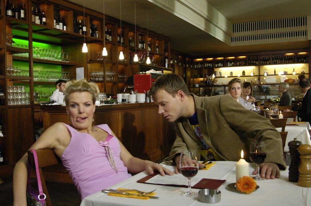 Mirja (Mirja Boes, l.) nimmt als gelangweilte Ehefrau ihren Lover überall hin mit - sogar im Restaurant muss er sich zum Erstaunen von Mathias (Math... - Bildquelle: Max Kohr Sat.1