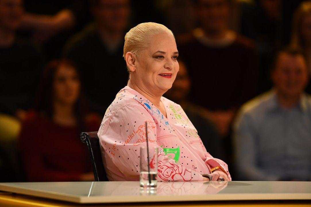 Stellt sich kuriosen Fragen aus allen Wissensbereichen: Comedy-Queen Hella von Sinnen ... - Bildquelle: Willi Weber SAT.1