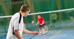 Badminton wird im Gegensatz zu Federball auf einem speziellen Spielfeld gespi...