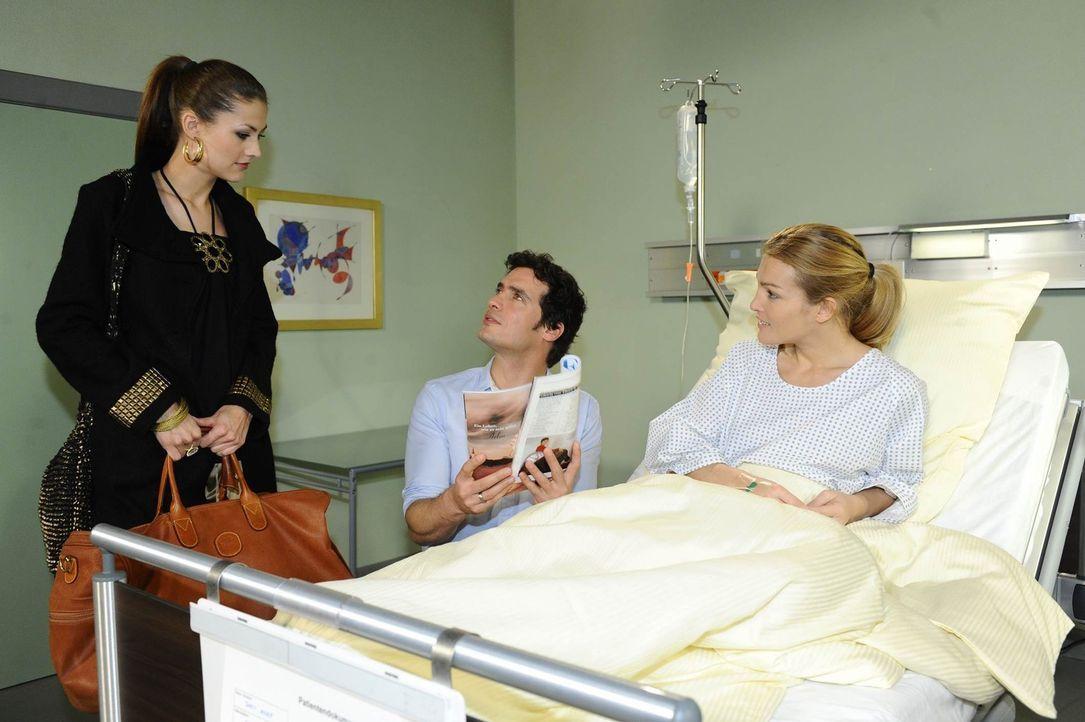 Während Annett (Tanja Wenzel, r.) im Krankenhaus ist, bekommt Jessica (Fiona Erdmann, l.) von ihr die Anweisung, Alexander (Paul Grasshoff, M.) und... - Bildquelle: SAT.1