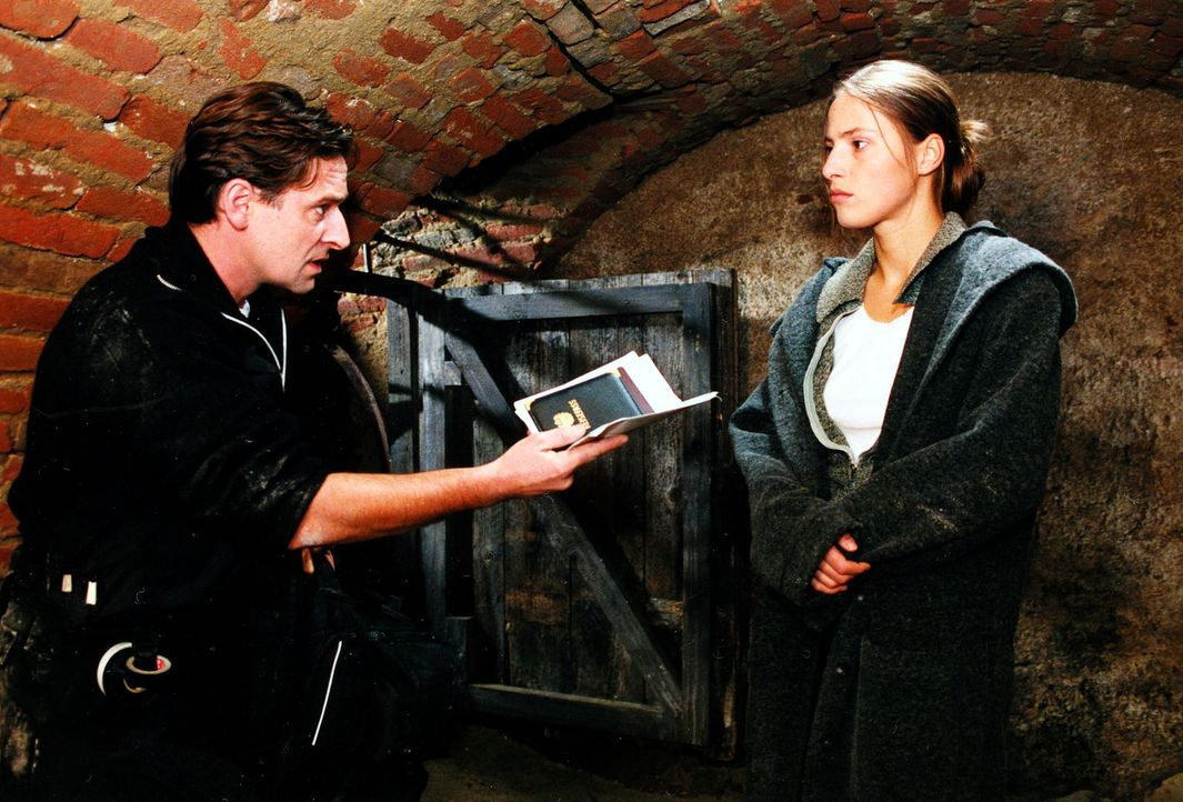 Der berüchtigte Bankräuber Hanusch (Max Tidof, l.) und seine Freundin Claudia (Jenny Deimling, r.) sind auf der Flucht in den Katakomben Wiens. - Bildquelle: Sat.1