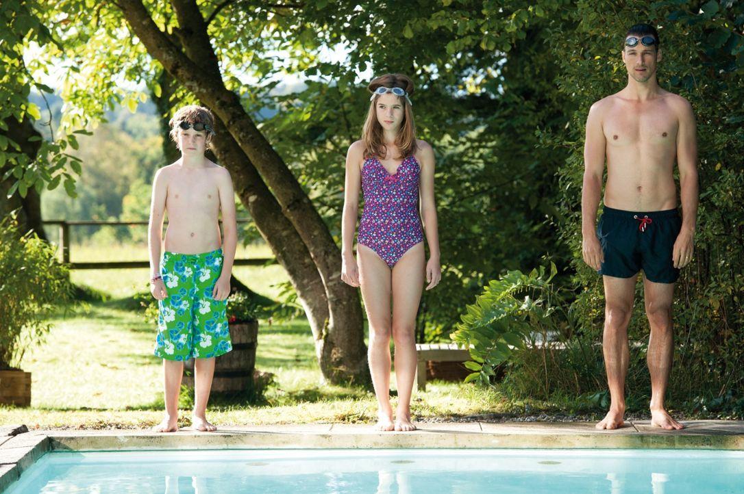 Für Conrads (Florian David Fitz, r.) Sohn Jonas (Marius V. Haas, l.) geht es um alles beim Wettschwimmen, denn er will unbedingt Kim (Jamie Bick, M.... - Bildquelle: 2013 Constantin Film Verleih GmbH.