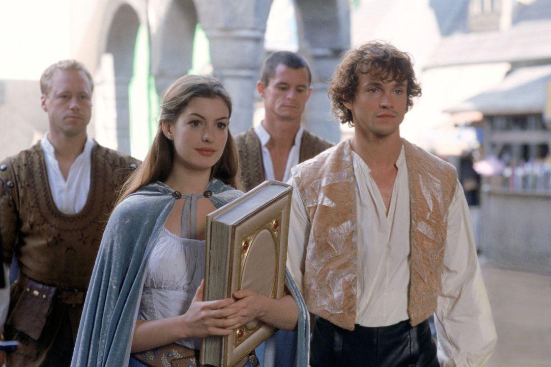 Prince Charmont (Hugh Dancy, r.) will Ella (Anne Hathaway, 2.v.l.) helfen, sie endlich von ihrem Zauber zu befreien - doch das ist gar nicht so einf... - Bildquelle: Miramax Films. All rights reserved