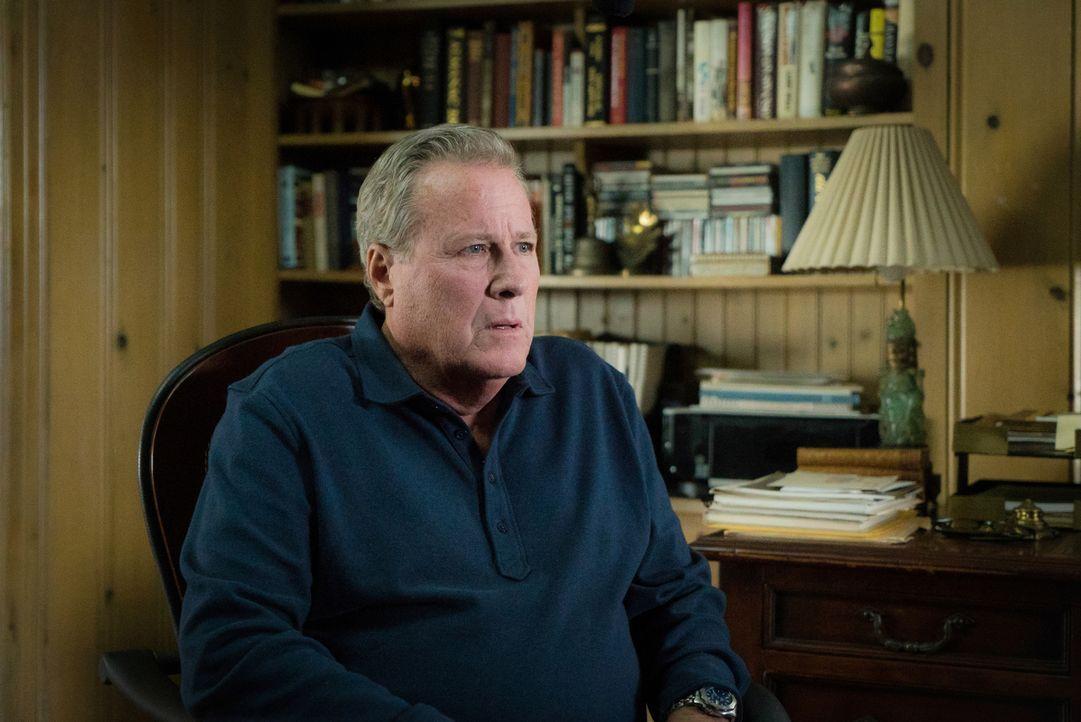 Als ihm klar wird, dass er seine Stieftochter verletzt, weil er, ohne sie gefragt zu haben, eine Kriminovelle über ihre und Holmes' Arbeit schreibt,... - Bildquelle: Michael Parmelee 2015 CBS Broadcasting Inc. All Rights Reserved.