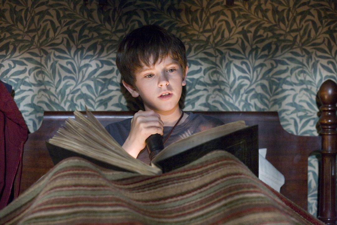 Trotz der ausdrücklichen Warnung, das Buch nicht zu öffnen, beginnt Jared (Freddie Highmore) darin zu stöbern. Was das für Folgen hat, ahnt er n... - Bildquelle: Paramount Pictures