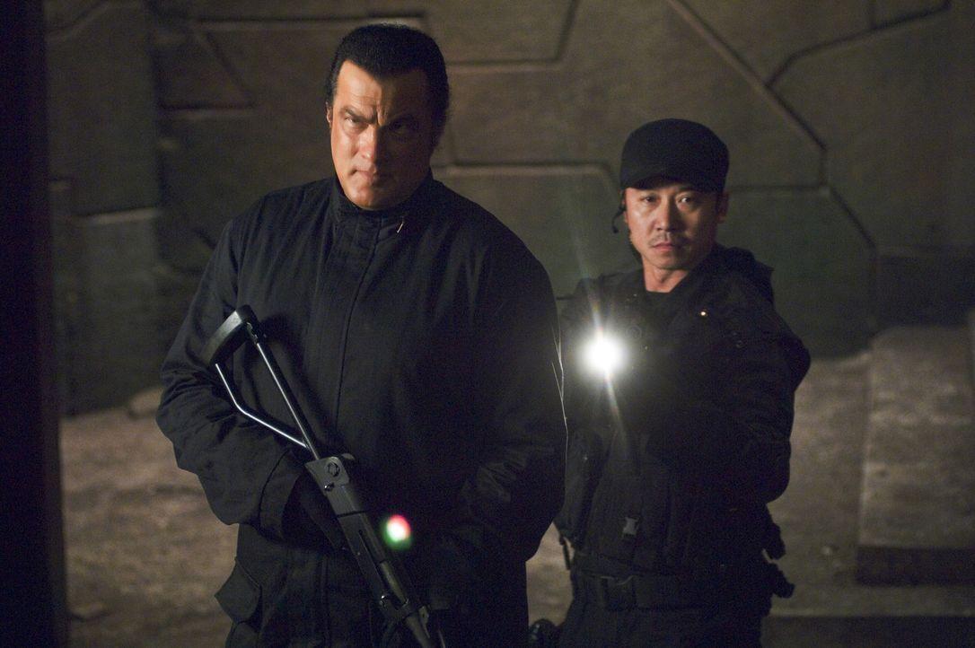 Schon bald stößt Marshall Lawson (Steven Seagal, l.) auf CTX Majestic, eine verdeckte Militäroperation, die so geheim ist, dass das Militär nun... - Bildquelle: Sony Pictures Home Entertainment