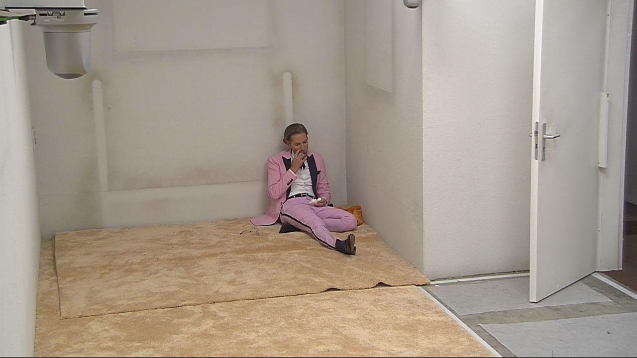 Jens alleine im Haus - Bildquelle: SAT.1