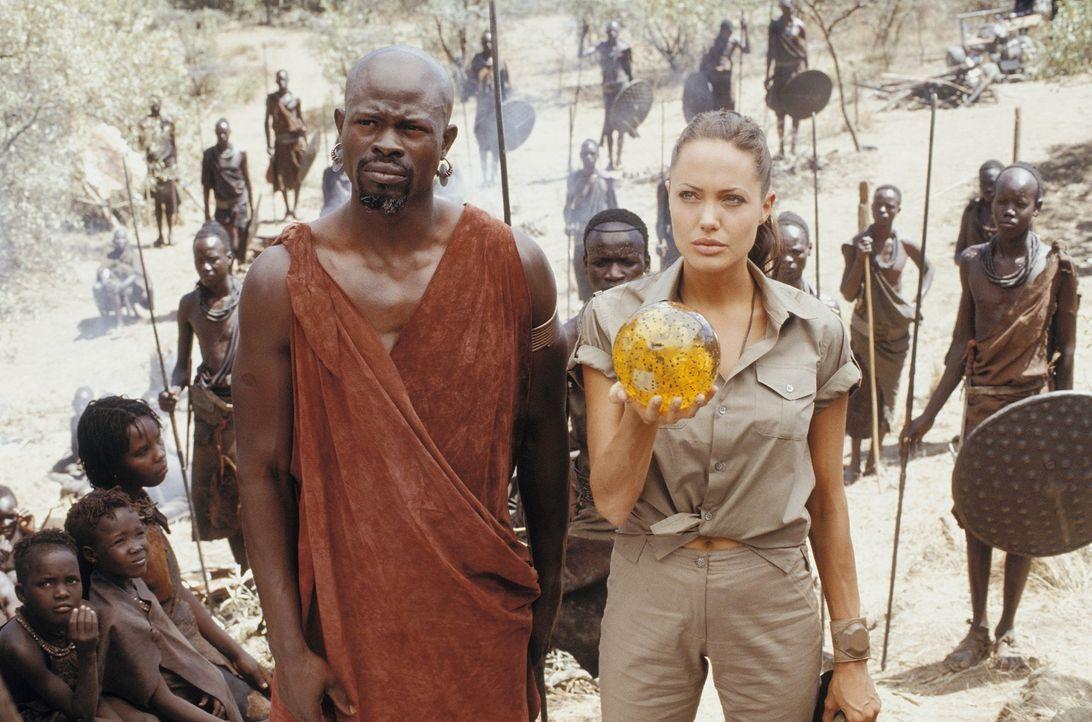 Glücklicherweise hat Lara (Angelina Jolie, r.) Freunde in allen WInkeln der Welt. Mit der Hilfe von Kosa (Djimon Hounsou, l.) will sie die Kugel an... - Bildquelle: 2003 by Paramount Pictures. All Rights Reserved.