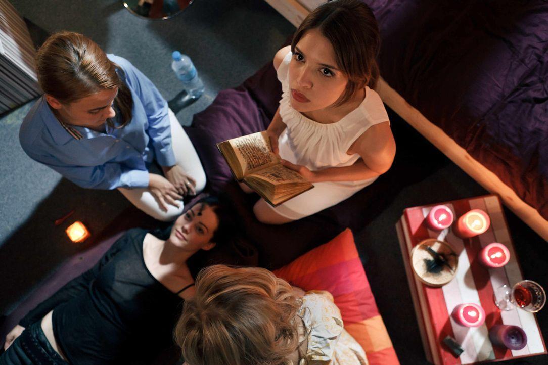 Die Freundinnen Alexandra (Kristina Dörfer, liegend.), Stefanie (Paula Schramm, l.) und Jeanette sind begeistert von Millas (Jasmin Lord, r.) Bibel... - Bildquelle: Arvid Uhlig SAT.1