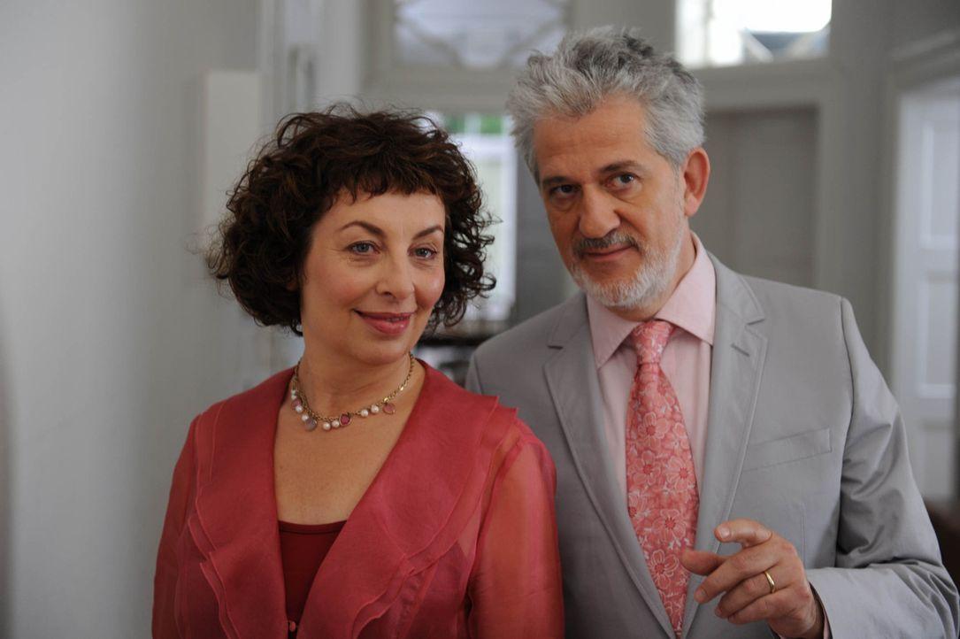 Als sich Maggie (Teresa Harder, l.) und Paul senior (Ilja Richter, r.) eher zufällig kennen lernen, verstehen sie sich auf Anhieb. Nicht ahnend, da... - Bildquelle: Sat.1