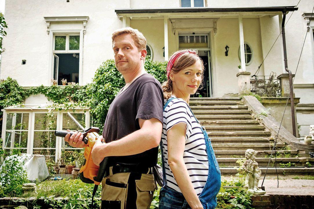 Für Kai (Sebastian Bezzel, l.) gibt es nichts Schöneres, als das neu erworbene Haus in ein gemütliches Nest für seine Familie zu verwandeln. Doch un... - Bildquelle: Gordon Mühle SAT.1