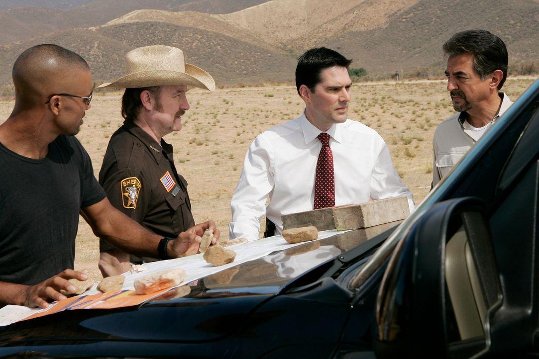 Werden sie Frost finden, bevor er sein Opfer umbringt?: Morgan (Shemar Moore, l.), Sheriff Williams (Jim Beaver, 2.v.l.), Hotch (Thomas Gibson, 2.v.... - Bildquelle: Touchstone Television