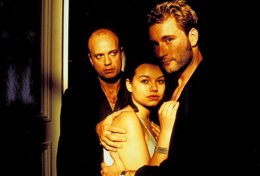 Sophie (Cosma Shiva Hagen, M.) steht zwischen zwei Männern: ihrem treusorgenden Vater Thomas (Christian Berkel, l.) und dem charmanten Polizisten M... - Bildquelle: Klick ProSieben