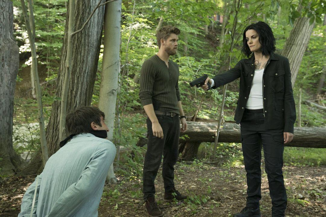 Um ihre Loyalität zu testen, beauftragt Roman (Luke Mitchell, M.) Jane (Jaimie Alexander, r.), Jeffrey Kantor zu töten. Doch wie wird sie sich entsc... - Bildquelle: Warner Brothers