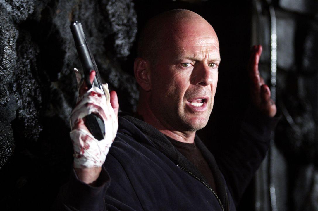 Gerät in eine äußerst brenzlige Lage: Der ehemalige Verhandlungsspezialist der Polizei Jeff Talley (Bruce Willis) ... - Bildquelle: 2004 Hostage, LLC. All Rights Reserved