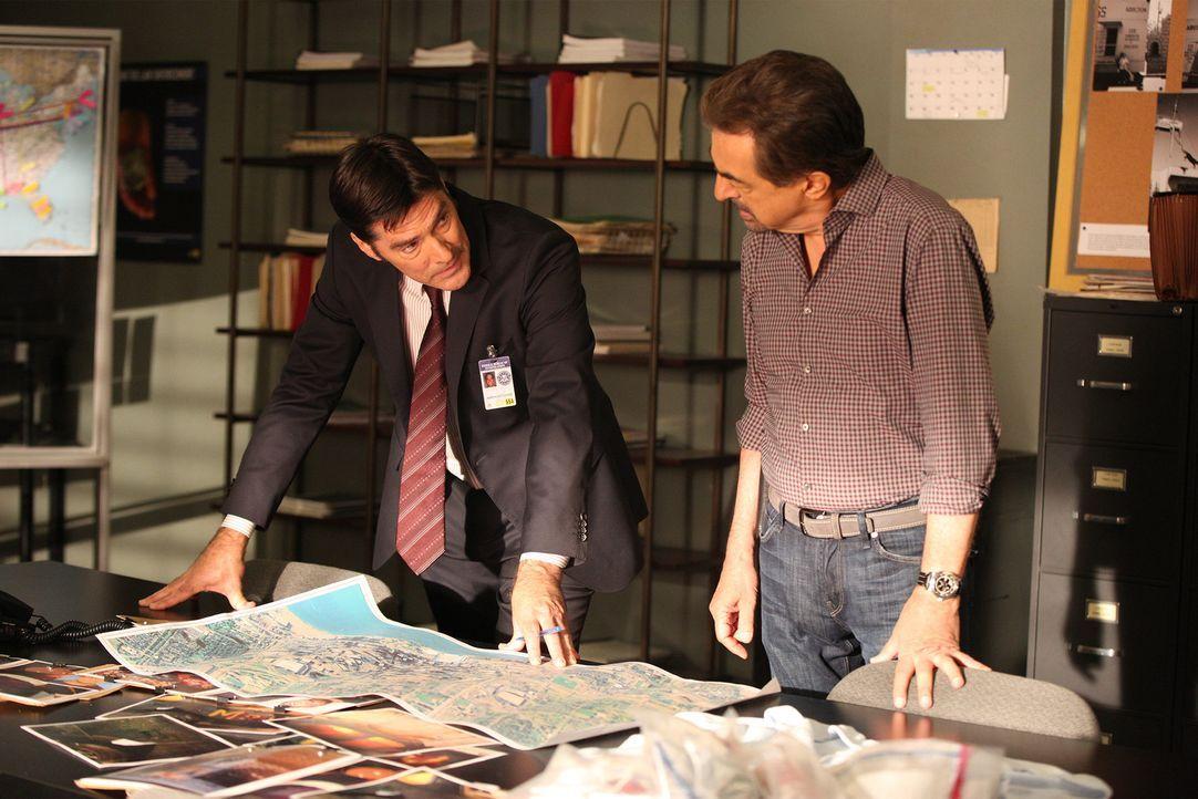 Ein Serientäter treibt sein Unwesen. Das Team um Hotch (Thomas Gibson, l.) und Rossi (Joe Mantegna, r.) versuchen alles, um den Fall schnellstmöglic... - Bildquelle: Monty Brinton ABC Studios