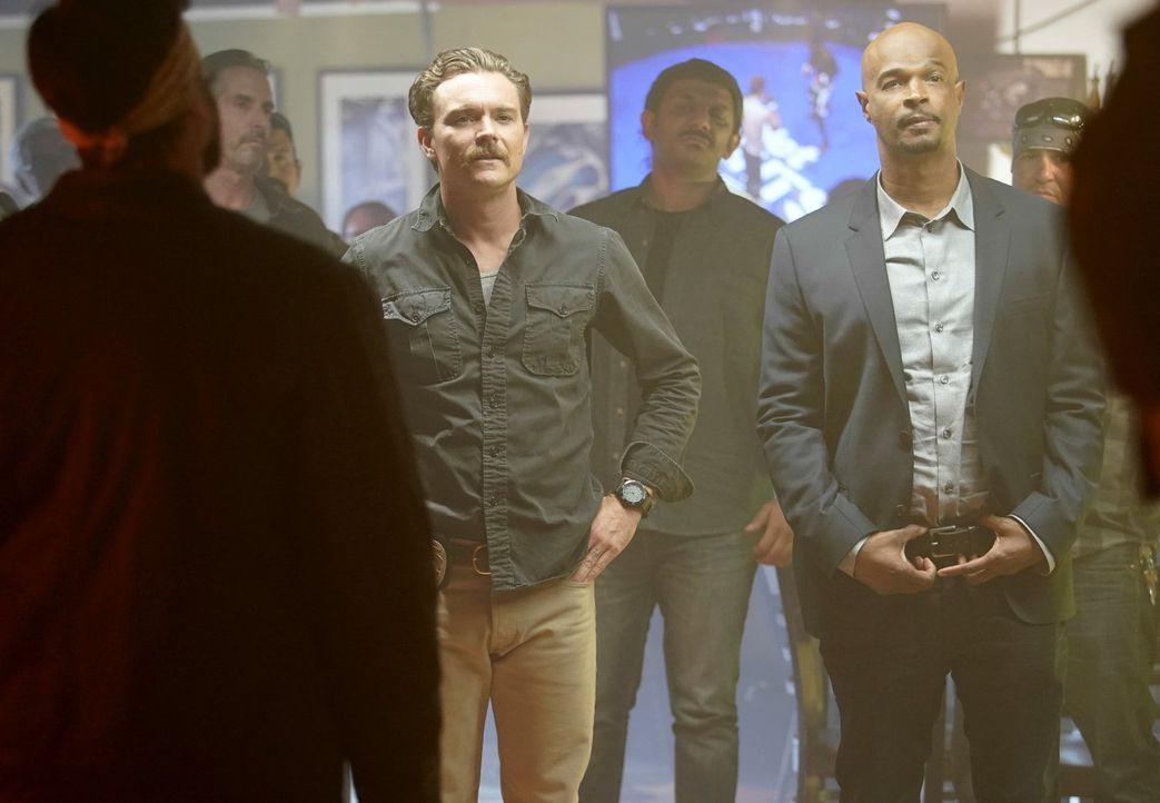 Als Riggs (Clayne Crawford, l.) und Murtaugh (Damon Wayans, r.) in einer zwielichtigen Bar einen Verdächtigen namens Carl Edwards Befragen möchten,... - Bildquelle: Warner Brothers