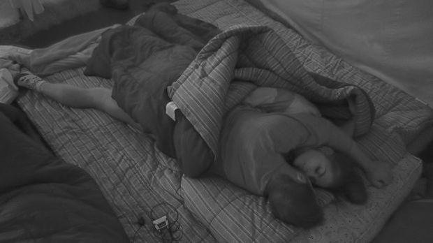 Janine und Tobi kuscheln nachts im gemeinsamen Schlafsack