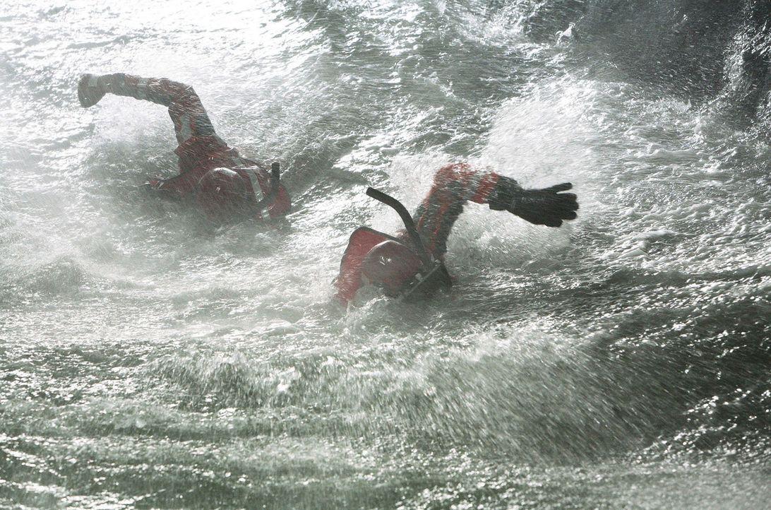 Jede Sekunde zählt für die Rettungsschwimmer ... - Bildquelle: Ben Glass Touchstone Pictures. All rights reserved