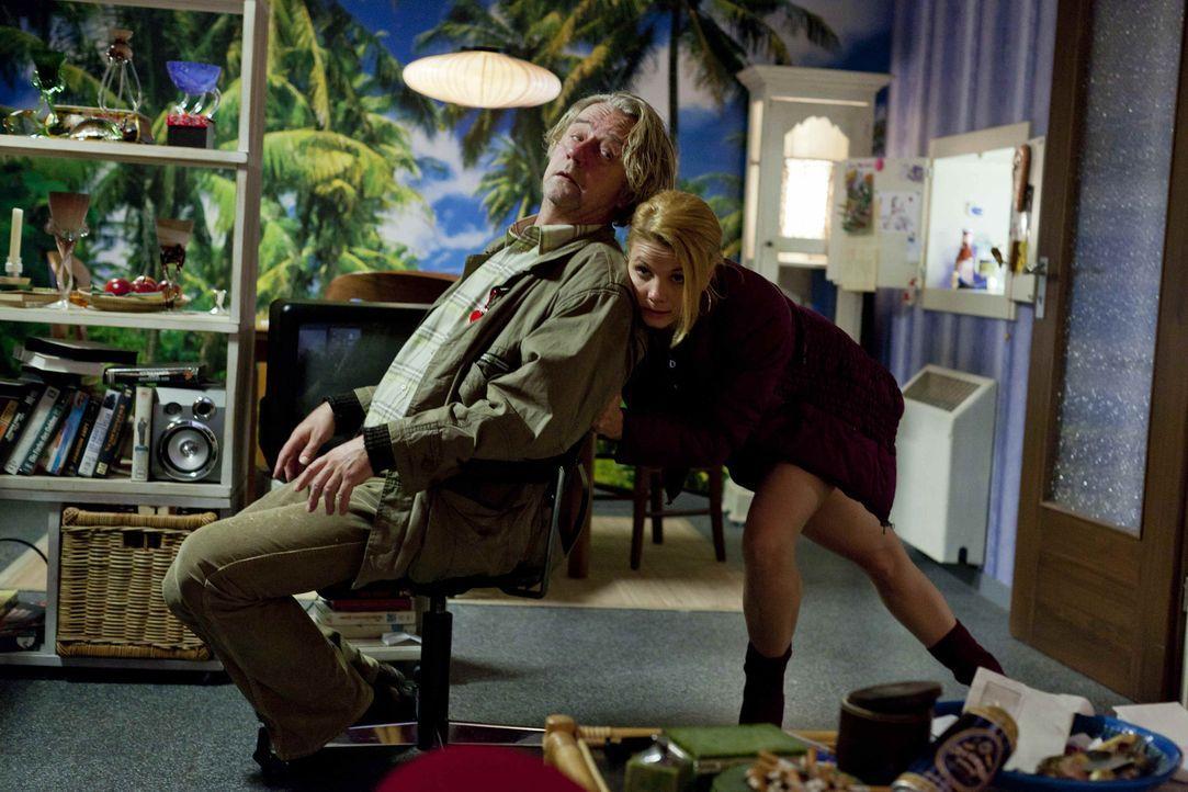 Während Danni (Annette Frier, r.) an einem neuen Fall arbeitet, erfüllt sich Kurt (Axel Siefer, l.) einen kleinen Traum - der jedoch nur von kurze... - Bildquelle: SAT.1