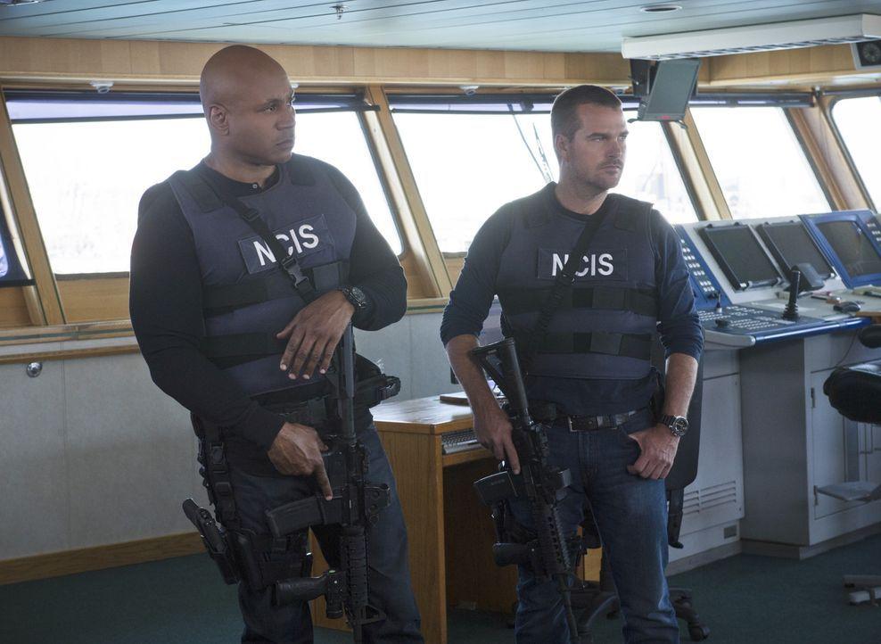 Nachdem die Leichen von einigen Seeleuten am Strand angespült wurden, beginnen Callen (Chris O'Donnell, r.) und Sam (LL Cool J, l.) mit den Ermittlu... - Bildquelle: CBS Studios Inc. All Rights Reserved.