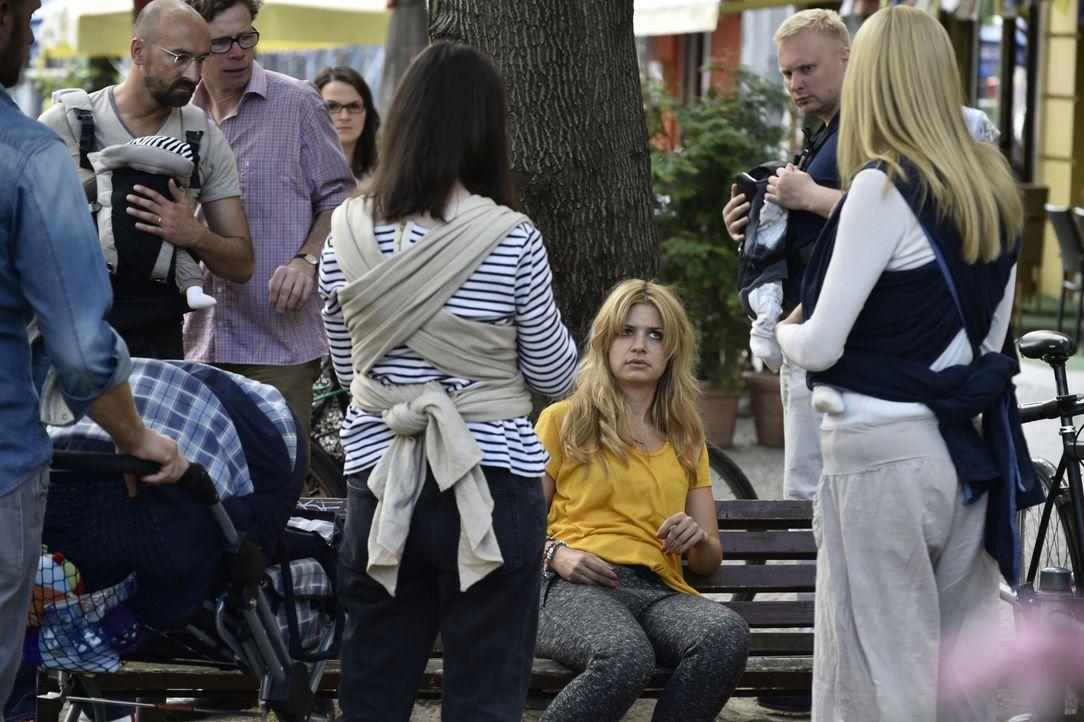 Bis zur Hochzeit ihrer Schwester will Mila (Susan Sideropoulos, sitzend) Mr. Right gefunden haben. Doch das ist schwerer als gedacht ... - Bildquelle: Claudius Pflug SAT.1