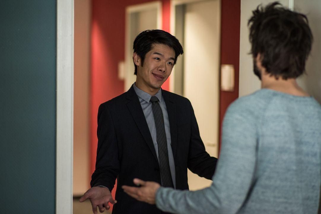 Überraschend taucht Lee Kwon (Yung Ngo, l.) in Bochum auf, um Felix (Tom Beck, r.) zu helfen. Er gibt sich beim Dekan der Uni als einer der Chinesen... - Bildquelle: Wolfgang Ennenbach SAT.1